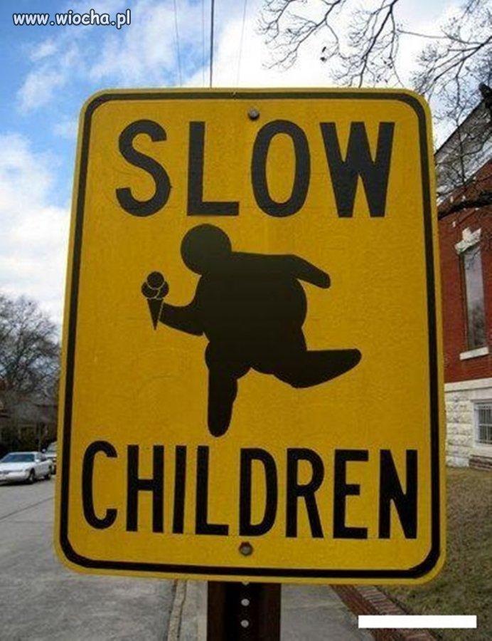 """Amerykańska wersja znaku: """"Zwolnij,Dzieci"""""""