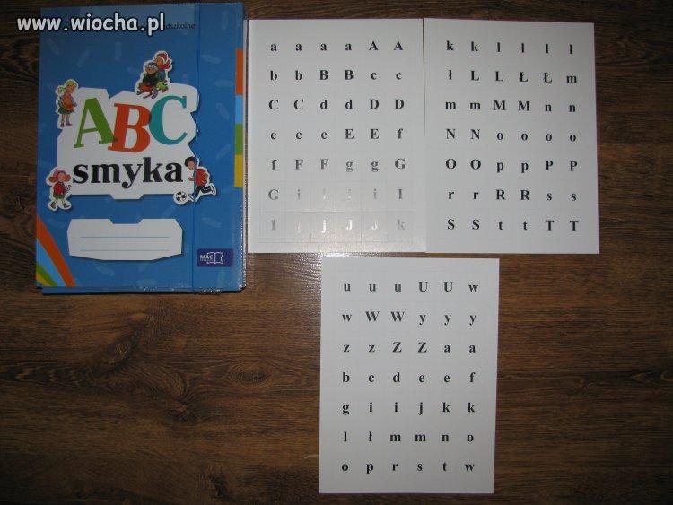 Przedszkolaki uczą się liter.
