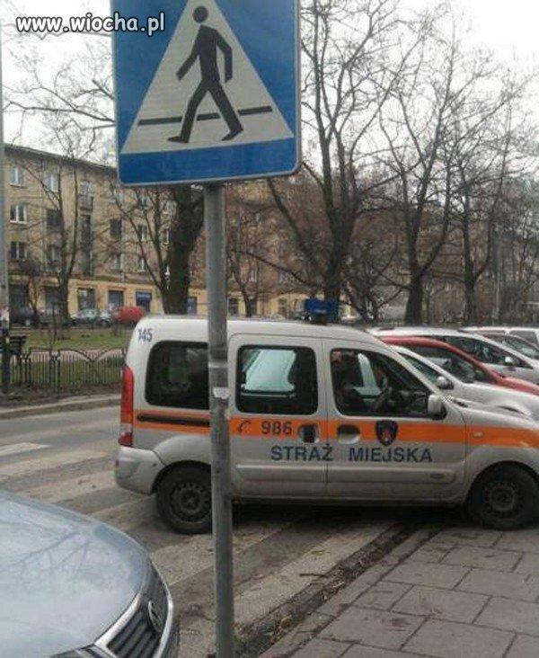 Zdj�cie zaparkowanego na pasach radiowozu krakowsk