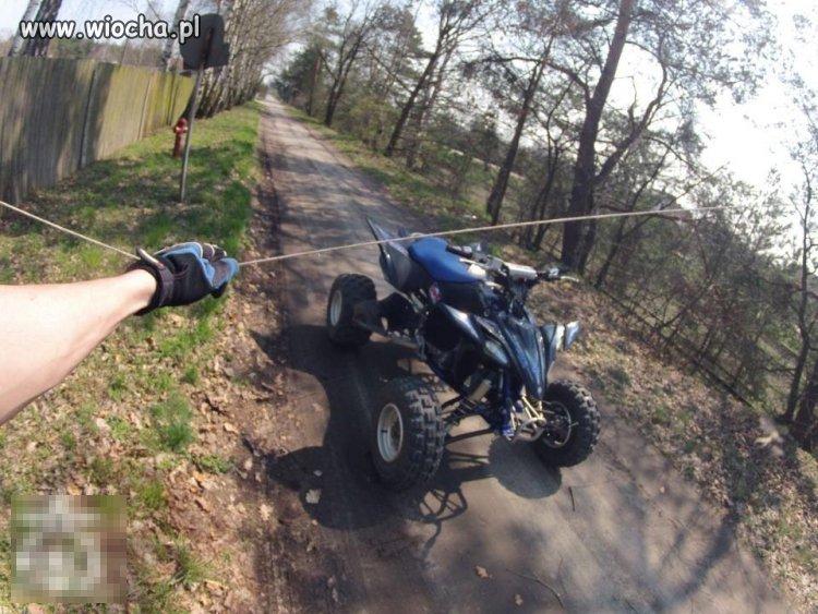 Pułapka na motocyklistów - linka rozwieszona w lesie