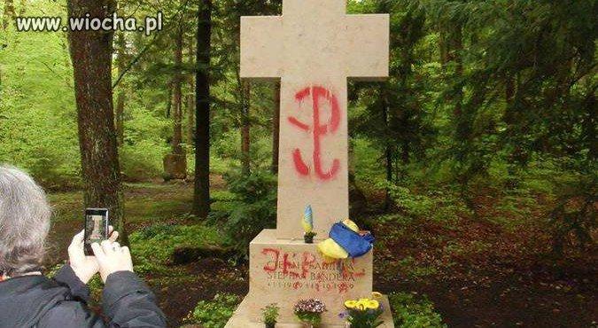 Znak Polski Walczącej na grobie zbrodniarza