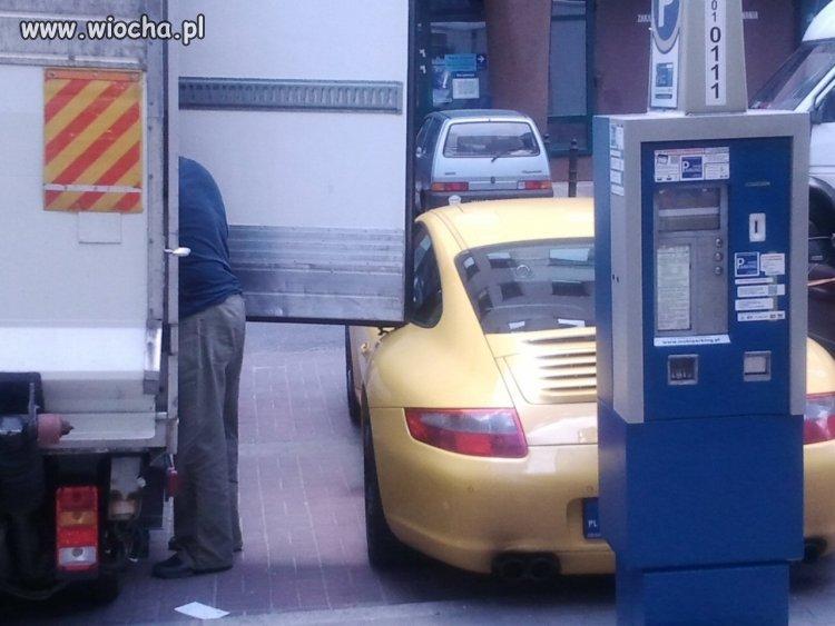 I weź człowiek zaparkuj samochod w centrum Wawy