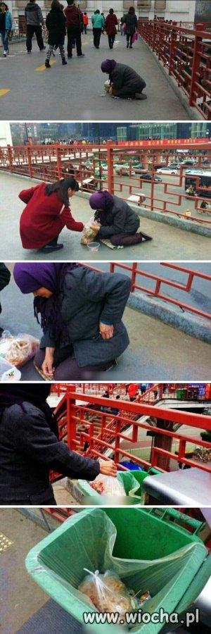 Dziewczyna kupiła żebraczce torbę jedzenia