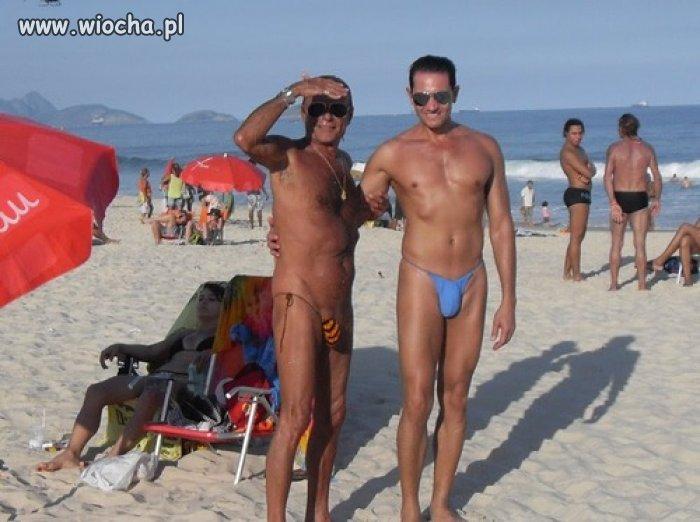 Na plaży słonko praży ...