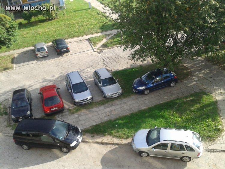 Parkowanie na chodniku.