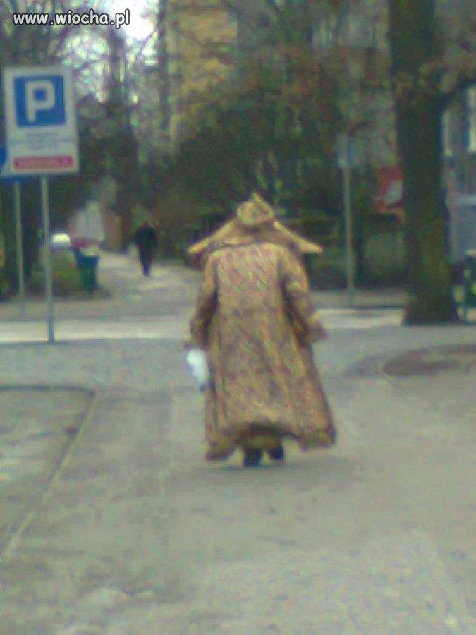 Rosyjski car przechadza się ulicami