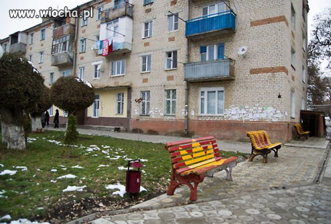 Dresy odmalowały ławki