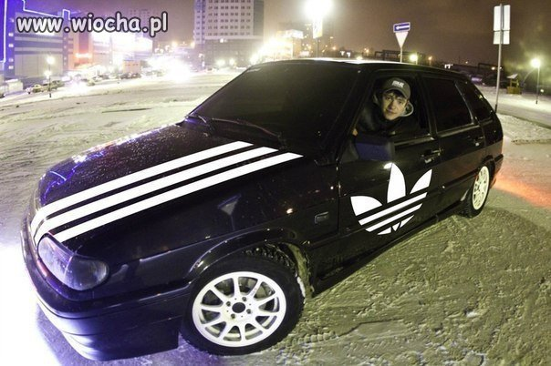 Samochód z adidasa.