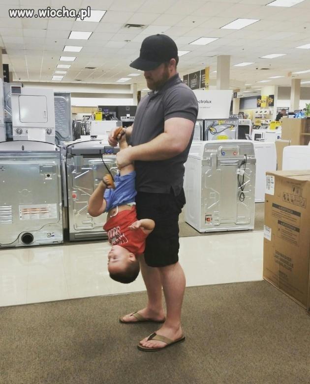 Ojciec zakłada synowi buty.