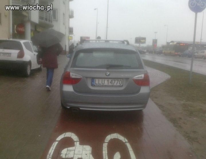 Mistrz parkowania na...ścieżce rowerowej