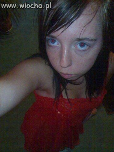 Ta sexowna sukienka podkreśla jej oczy