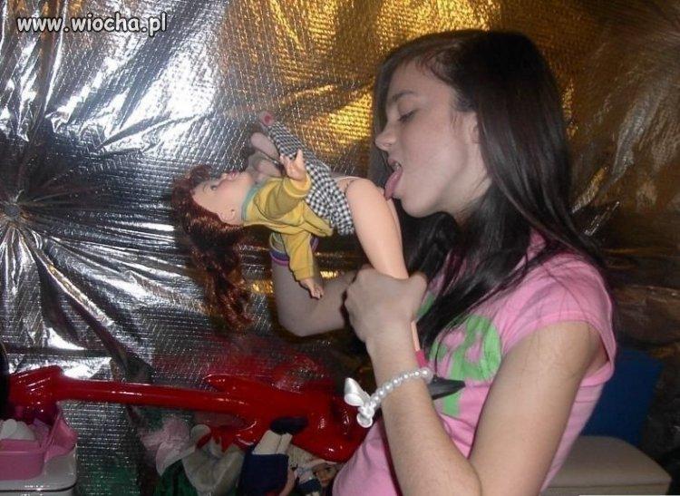 Hm, to tak bawią sie laleczkami większe dziewczyny