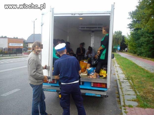 Kierowca w chłodni przewoził 16 osób!
