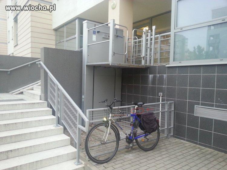 """Rowerzyści też potrafią """"parkować""""..."""