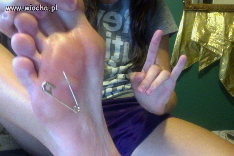 Wbiłam sobie agrafke do stopy