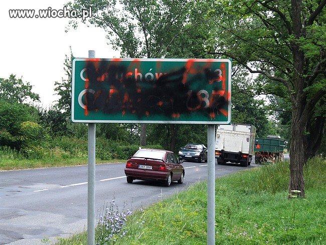Zamalowane sprayem znaki drogowe