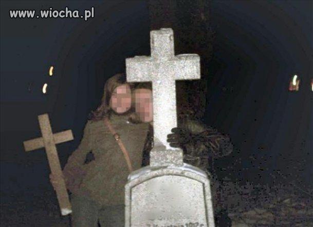 Idioci na cmentarzu