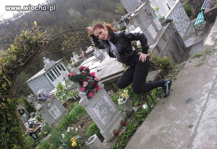 Kolejna mistrzyni pozowania na cmentarzu...