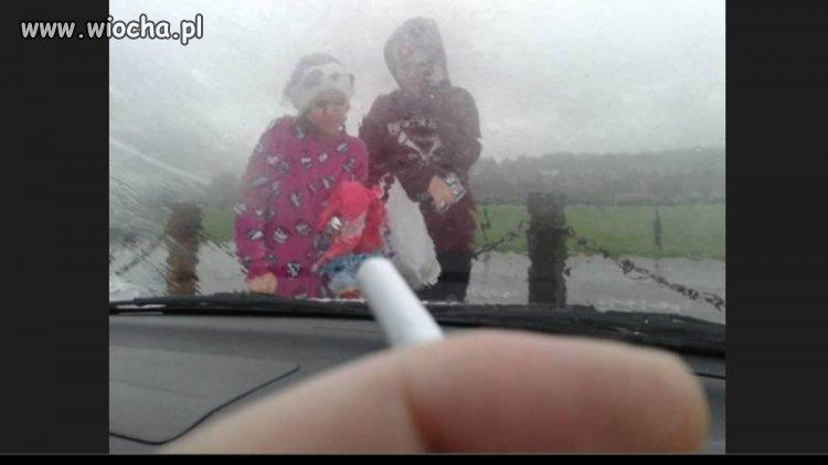 W USA nie wolno palić w aucie ...