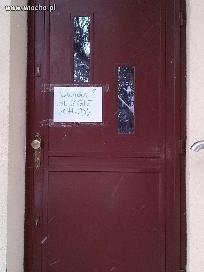 Informacja na drzwiach szkoły