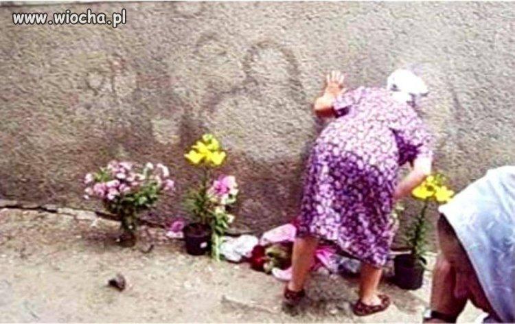 Jedni szczają po murach