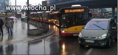 Widzicie ten sznurek autobus�w? Idiota zaparkowa�