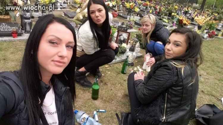 Melanżyk na cmentarzu ze zmarłą koleźanka