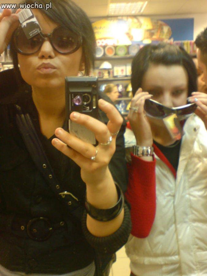 Szpan okularami w sklepie