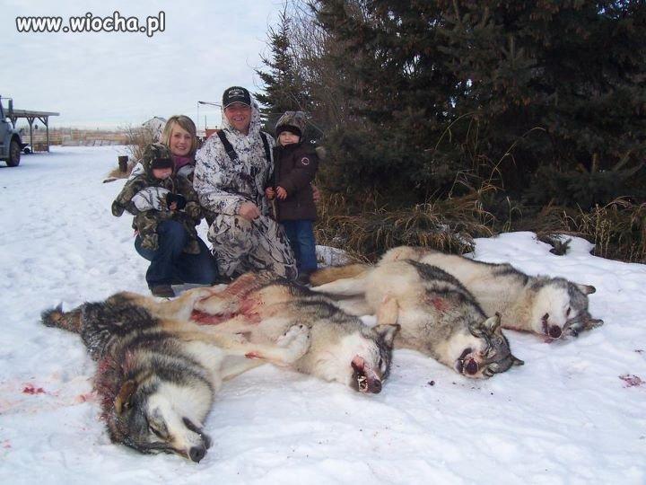Rodzinne zdjęcie przy zabitych Wilkach