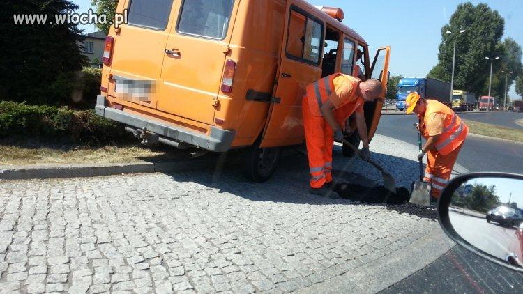 Bieruń - klejenie dziury w bruku asfaltem