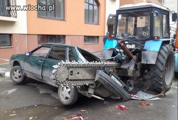 Kierowca traktora przyciął w ... nie powiem co ;-)