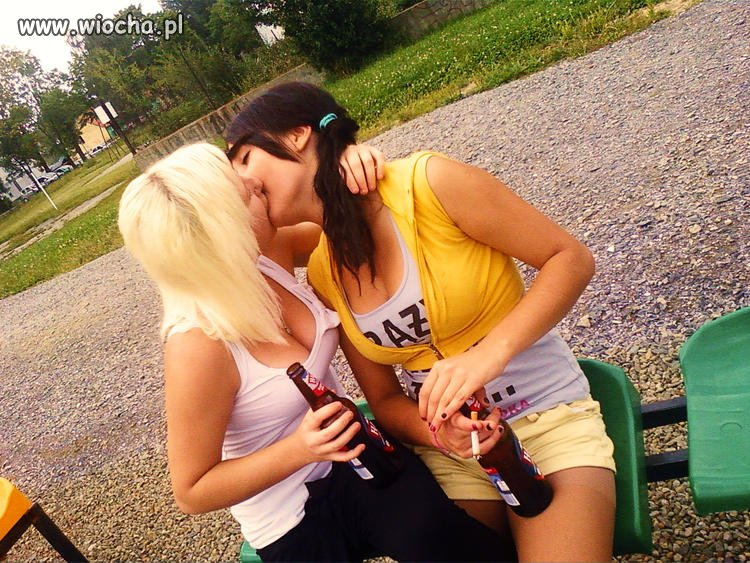 Robienie wiochy przez lesbijski pocałunek.