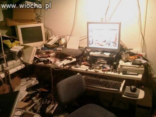 Informatyk i jego biurko