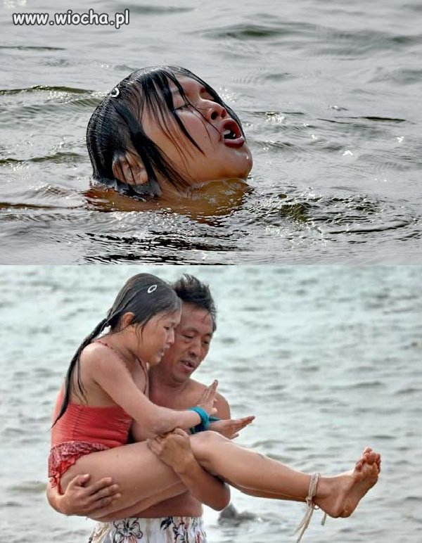 Tatuś w ten sposób trenuje córkę.