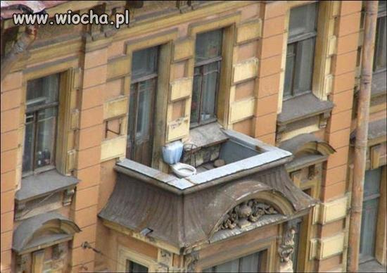 Kibelek na balkonie