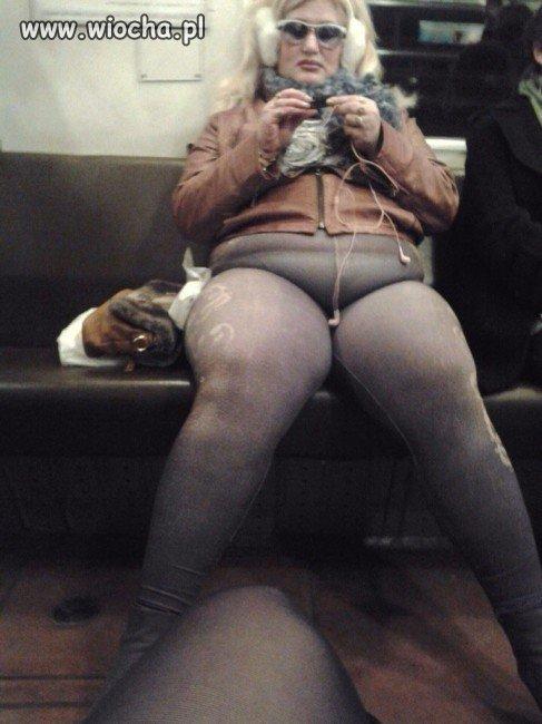 W metrze.