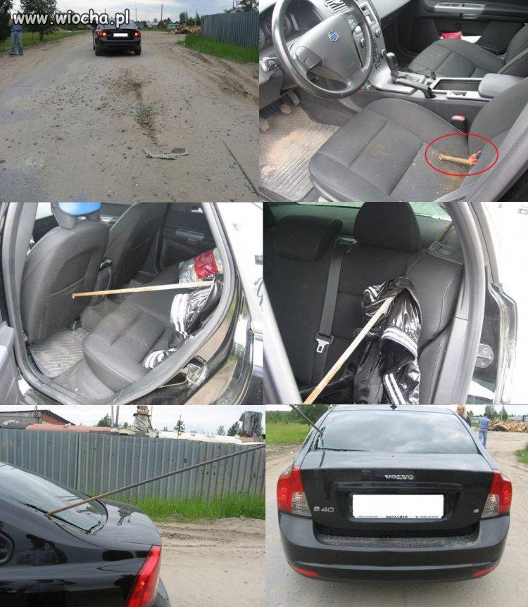 Wystaj�cy metalowy pr�t z jezdni przebi� auto.