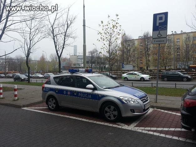 Policyjny radiowóz na miejscu dla inwalidów.