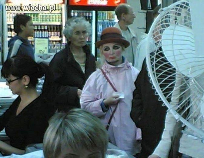 A podobno makijaż upiększa kobietę...