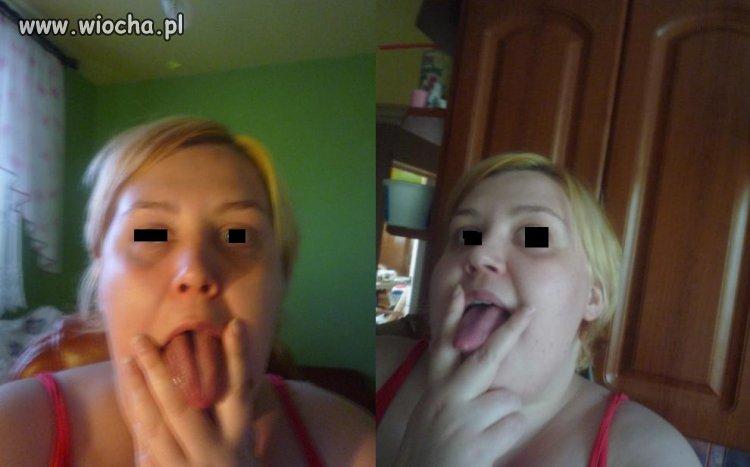 Wyciągnięty język i dwa palce