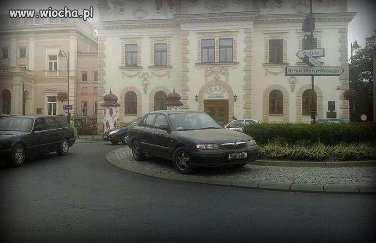 Mistrz parkowania na rondzie