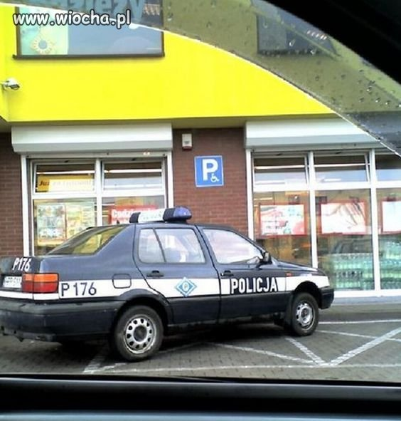 Kultura parkowania - wolne miejsce koło koperty jest