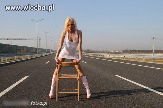 Różowe kozaczki, krzesło, autostrada