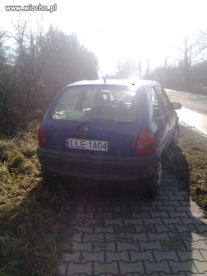 Zaparkował na chodniku typowy Wieśniak