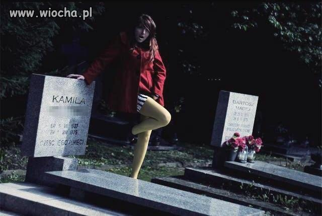 Lans na cmentarzu między nagrobkami