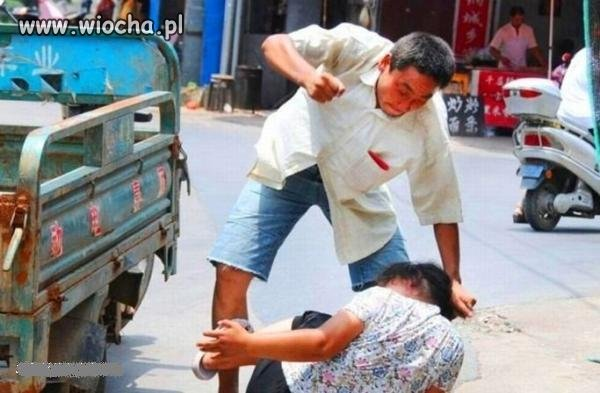 Chińczyk publicznie bije żonę