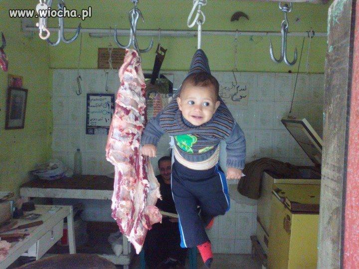 Dziecko powieszone jak mięso...