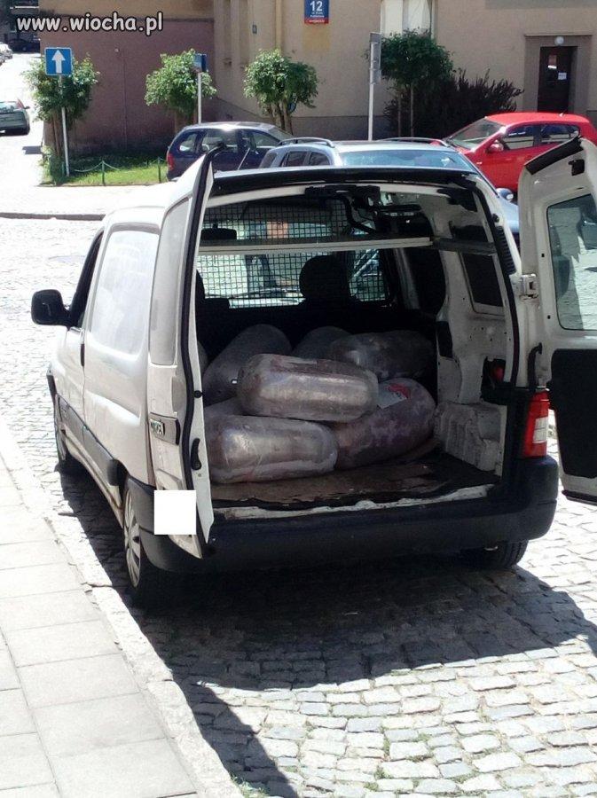 Przewożą mięso do kebaba w zwykłym samochodzie!