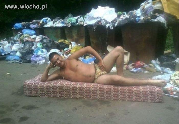 Wśród śmieci.