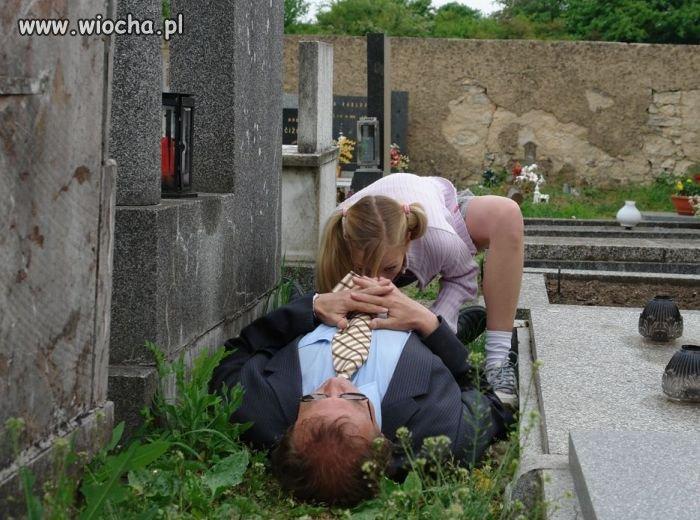 """""""ZABAWA"""" na cmentarzu"""